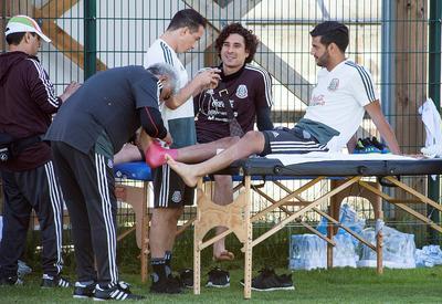 """Antes de iniciar los trabajos, Carlos Vela y """"Memo"""" Ochoa recibieron vendajes protectores."""
