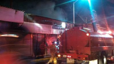 Minutos después arribaron elementos de Protección Civil, que sofocaron el fuego en cuestión de minutos, evitando que las llamas se propagaran al interior del inmueble.
