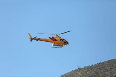 De acuerdo con información del Estado, se encuentran tres helicópteros UH1H con capacidad de carga de 800 a mil 200 litros de agua, para realizar descargas sobre el fuego.