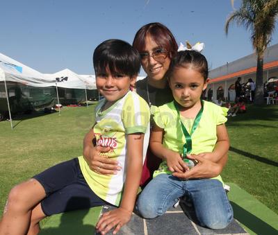 Hazzel Hernández, Samantha Fajardo y Rafael Fajardo.