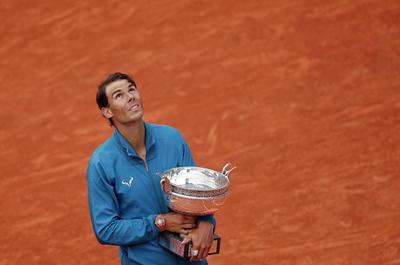 Nadal festeja mirando al cielo con su nuevo título de Roland Garros.