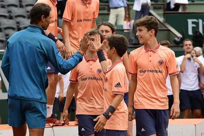 Uno a uno, los peloteros saludaron al ganador del Roland Garros 2018.