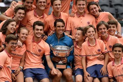 Nadie se quiso quedar fuera de la foto con el campeón del Abierto de Francia.