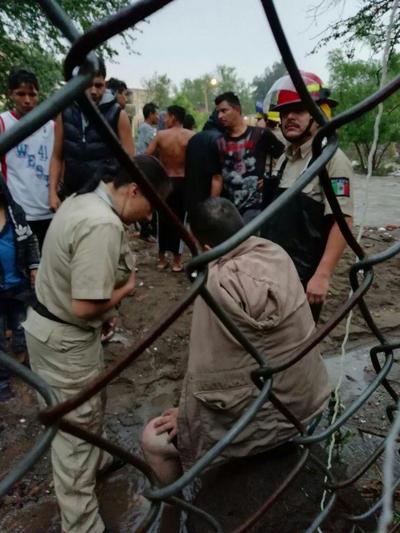 De igual forma elementos de Medio Ambiente apoyan con motosierras para ayudar a los que resultaron mas afectados.
