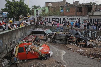 Varios vehículos quedaron muy dañados debido las inundaciones.