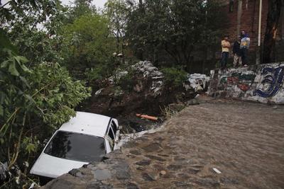 También se reporto que una persona sufrió heridas leves luego de que su vehículo fuera arrastrado en la colonia Nueva España, en Zapopan.