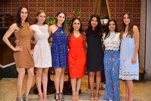 10062018 SE DESPIDE DE SU SOLTERíA.  Natalia Chufani con algunas de sus invitadas a su fiesta de despedida.