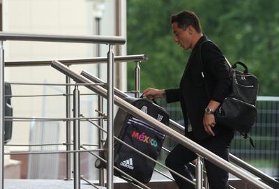 Andrés Guardado durante su llegada a Rusia.