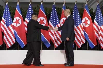 Los mandatarios sellaron el inicio de la cumbre con un histórico apretón de manos.