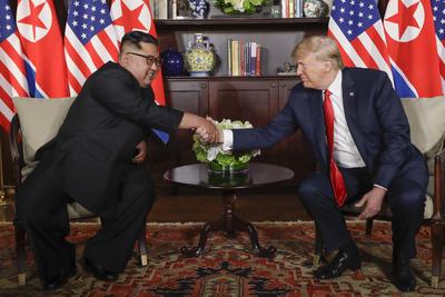Tras un año de tensión internacional, el presidente de Estados Unidos, Donald Trump y el líder de Corea del Norte, Kim Jong-un, se dieron la mano previo al arranque de la histórica cumbre entre ambas naciones.