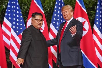 """Trump dijo a los periodistas que el encuentro a solas había ido """"muy, muy bien"""", y Kim no respondió a la pregunta de si está dispuesto a deshacerse de sus armas nucleares."""