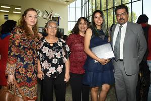 12062018 MOMENTO INOLVIDABLE.  Estefanía de León Álvarez con sus papás, abuela y tía.