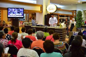 13062018 Las asistentes escucharon con mucha atención a los reconocidos chefs.