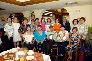 13062018 MERECIDO RECONOCIMIENTO.  Maestra Elva Carmona Magallanes recibió un reconocimiento por parte de la Generación 68 - 71' de la Escuela Normal Gómez Palacio.