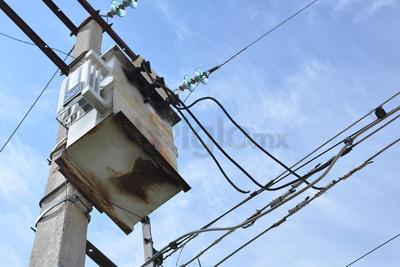 Los vecinos permanecen a la espera que la CFE reanude el servicio.
