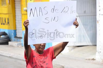 Vecinos de la colonia Jacarandas bloquearon la mañana de este martes con cajas de plástico y llantas el Paseo de los Álamos, a la altura de la calle Granados.