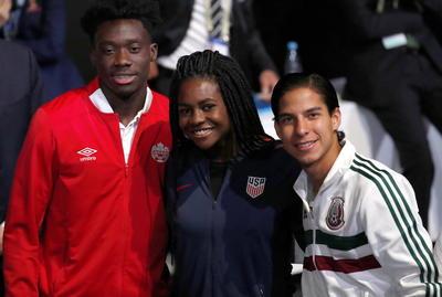 Los futbolistas Diego Lainez (D), Brianna Pinto de EU y Alphonso Davis (I) durante la ceremonia de selección de sede para la Copa del Mundo 2026.
