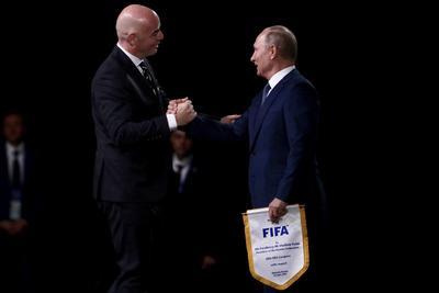 El presidente de la Federación de Rusia, Vladimir Putin junto al presidente de la FIFA, Gianni Infantino.