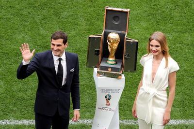 El español Iker Casillas presentó hoy en el terreno de juego del estadio Luzhnikí el trofeo de la copa del mundo, minutos antes del inicio de la ceremonia inaugural del Mundial de Rusia.
