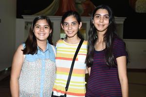 14062018 EN EL TEATRO.  Leonor, Elisa y Paola.