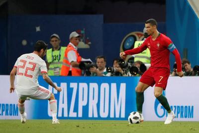 Cristiano Ronaldo buscó la falla dentro del área.