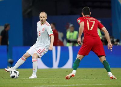 Iniesta durante el debut español.