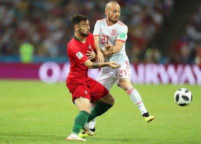 Como se esperaba, el juego fue intenso en los primeros minutos, pero no se pronosticó que al inicio la zona baja española errara dentro del área para el tiro penal a favor de Portugal.