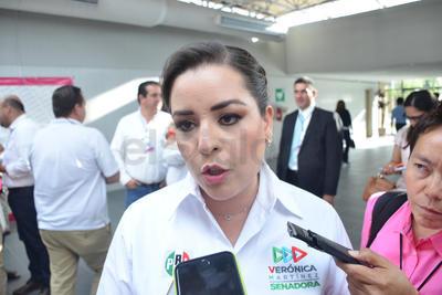 Verónica Martínez dando detalles de su participación.