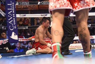 """Una amarga y triste despedida del boxeo profesional tuvo Cristian Mijares, al ser noqueado este sábado en tres asaltos por el puertorriqueño Wilfredo """"Papito"""" Vázquez Jr."""