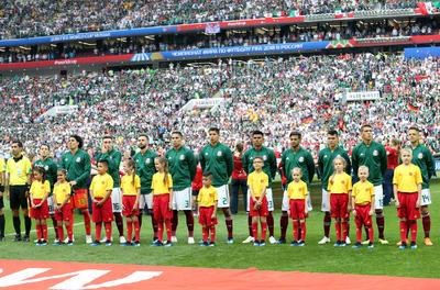 El cuadro mexicano canta el himno nacional.
