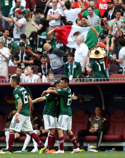 Jugadores del Tri celebran la anotación de Lozano.