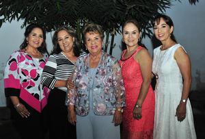 17062018 Muy contenta la cumpleañera en compañía de sus hijas: Raquel, Dolores, Ana María y Carmen Goñi Escajeda.