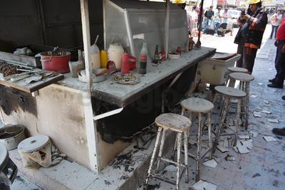 El fuego consumió en su totalidad el local de lonches y algunas bancas en el exterior.
