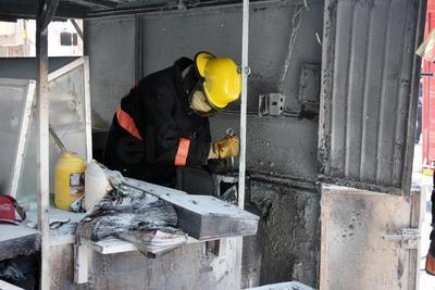 Se movilizaron bomberos de la Central Colón, para terminar de apagar el fuego.