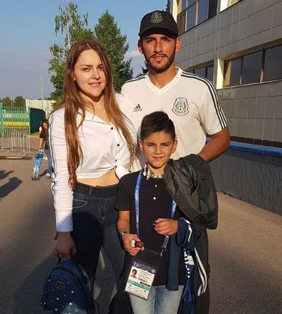 El portero José de Jesús Corona junto a su esposa Melissa y su hijo.