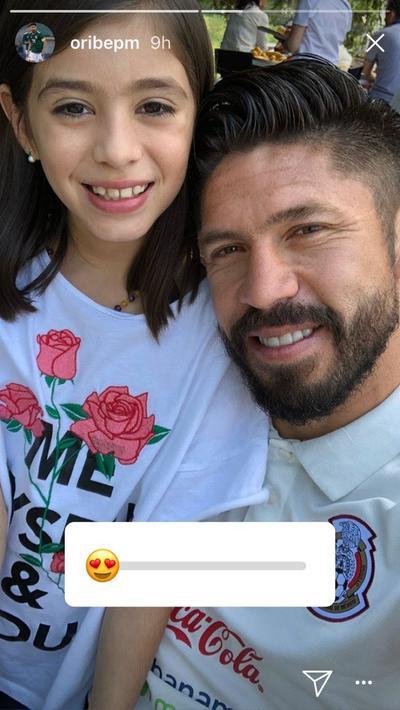 El lagunero Oribe Peralta compartió una foto junto a su hija.