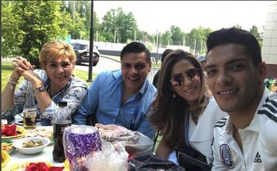 Raúl Jiménezs junto a su novia Daniela Basso y sus padres.