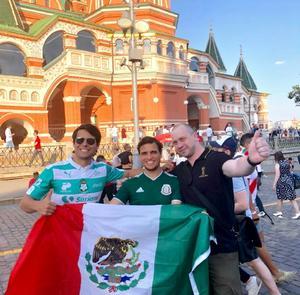 20062018 EN LA PLAZA ROJA DE MOSCú.  Dos laguneros que viven y trabajan en Nueva York, Diego y Eduardo Asúnsolo Ramírez, con un amigo ruso.