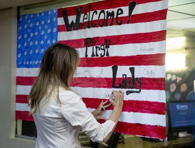 Melania firmó una bandera de Estados Unidos con la que se le dio la bienvenida.