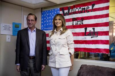 Acompañada por el secretario de Salud, Alex Azar, la primera dama arribó a McAllen, Texas.