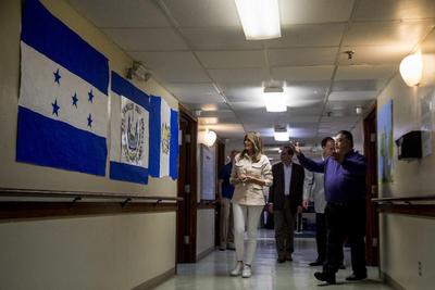 Visitó los albergues de algunos de los niños más pequeños que permanecen bajo custodia del Departamento de Salud (HHS).
