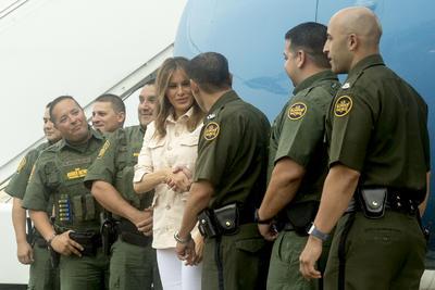 La primera dama saludó a agentes de la Patrulla Fronteriza.