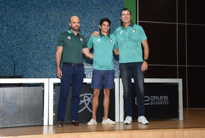 Robert Dante Siboldi, técnico de los albiverdes y Dante Elizalde, representante legal del club, le dieron la bienvenida a Carlos Emilio, que fue campeón con los Guerreros en el Clausura 2015 bajo las órdenes del portugués Pedro Caixinha.