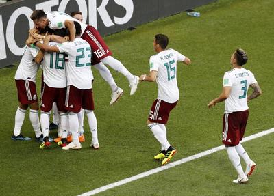 Vela fue preciso y puso el 1-0 a favor de México.