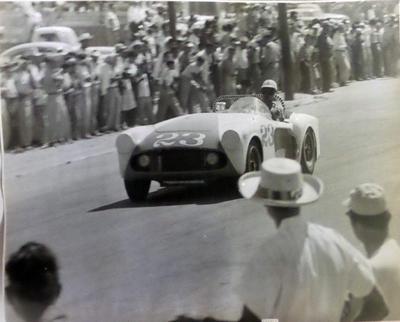24062018 Auto con el Número 23 del americano Bob Schroader modelo Curtís Buick y el auto No. 9 del ganador Ricardo Rodríguez modelo Porsche Spyder.