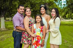 24062018 CUMPLE XV AñOS.  Jassleen Arumy Carrillo acompañada de sus papás, Lorenzo y Cindy, y sus hermanas, Ilsse y Gina.