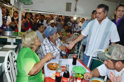 El Bronco saludó a los comensales en el Mercado Juárez.