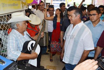 Laguneros le cantaron en el Mercado Juárez.
