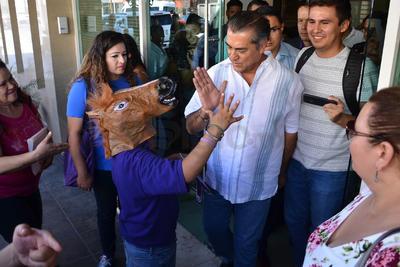 Algunos simpatizantes se acercaron a él con máscaras a saludarlo.
