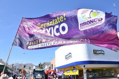 Simpatizantes del candidato independiente alzaron las banderas en el centro de Torreón.